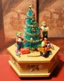 ENESCO Holz-Spieluhr Der Tannenbaum wird geschmückt