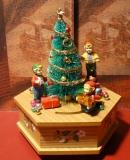 ENESCO Holz-Spieluhr Der Baum wird geschmückt
